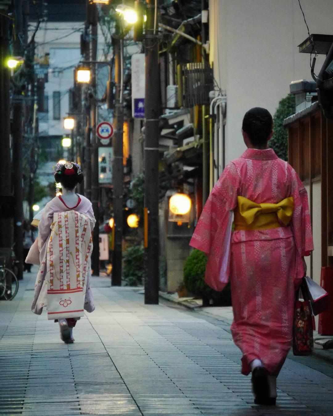 geisha y mujer con kimono por las calles de japón